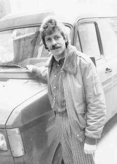ARH Slg. Bartling 684, Fahrer mittleren Alters mit Bürstenhaarschnitt vor einem Ford Transit (3/4-Bild), nach 1978