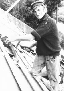 ARH Slg. Bartling 686, Rundeel 17, Dachdeckerei Hanebuth GmbH, Mitarbeiter (mit Schirmmütze) beim Eindecken eines Dachs, 1970