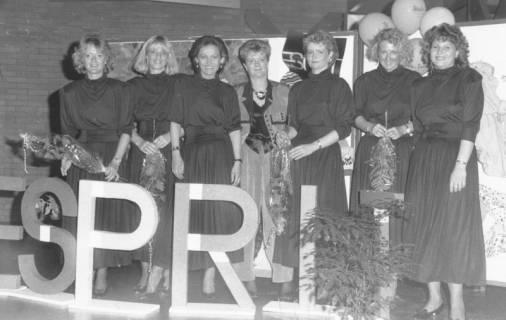 ARH Slg. Bartling 690, Wallstraße 4, Esprit-Textilien-Geschäft, Inhaberin Marion Krenz inmitten ihrer 6 Angestellten am Tag der Eröffnung (?), um 1970