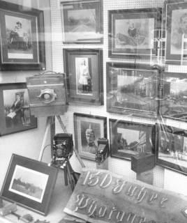 """ARH Slg. Bartling 693, Mittelstraße 28, Foto Adolf Köster, Blick ins Schaufenster, gestaltet zum Thema """"150 Jahre Photographie"""" (mit alten Fotos und Kameras), um 1970"""