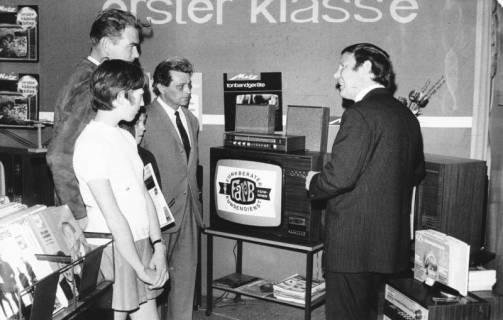 ARH Slg. Bartling 695, Marktstraße 25, Pallak-Radio-Fernsehen, Geschäftsraum, Inhaber Ulrich Pallak (r.) mit Kunden im Verkaufsgespräch vor einem Fernsehgerät, 1970