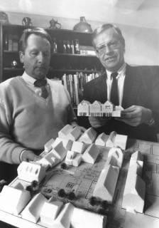 ARH Slg. Bartling 698, Leinstraße 5-7, Bettenhaus Kollmeyer, Inhaber Kaufmann Ulrich Kollmeyer (l.) betrachtet zusammen mit ?? das Modell des Neubaus , um 1970