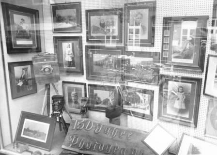 ARH Slg. Bartling 699, Mittelstraße 28, Foto-Fachgeschäft Adolf Köster, Blick von außen ins Schaufenster, gestaltet zum Thema: 150 Jahre Photographie, um 1970