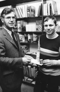 """ARH Slg. Bartling 708, Windmühlenstraße 28, J. Frerk & Co. - Buchhandlung (Buchbinderei Poppe), Inhaber Waldemar Duda überreicht einem Schüler einen Preis """"Rübi 72"""", 1972"""