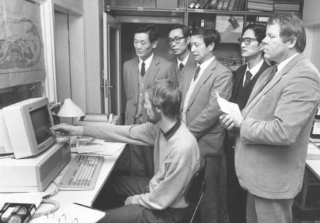 ARH Slg. Bartling 709, ?? straße ?, EDV-Fachbetrieb, zwei Angestellte geben vier Gästen aus Fernost Erläuterungen vor dem Bildschirm eines PC's, um 1985