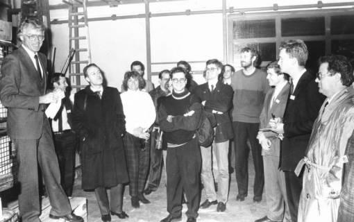 ARH Slg. Bartling 710, Hertzstraße 1, Malerei-Fachbetrieb Friedrich Temps, der Inhaber (li.) zeigt einer Besuchergruppe den Betrieb, um 1970