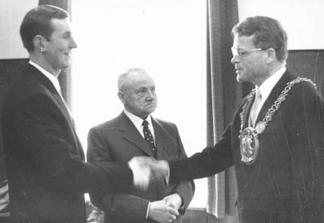 ARH Slg. Bartling 715, Bürgermeister Friedrich Temps mit Amtskette (re.) reicht dem Uhrmacher und Goldschmied Klaus Meyer (li.) die Hand, in der Mitte der Ehrenbürger Valentin Reichardt, 1970