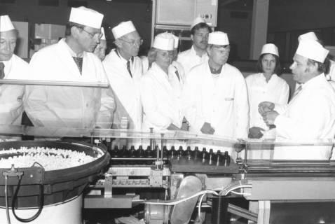 ARH Slg. Bartling 716, Suttorfer Straße 1, Kali-Chemie Pharma GmbH, Besuchergruppe in weißem Kittel an einer Abfüllanlage, um 1970
