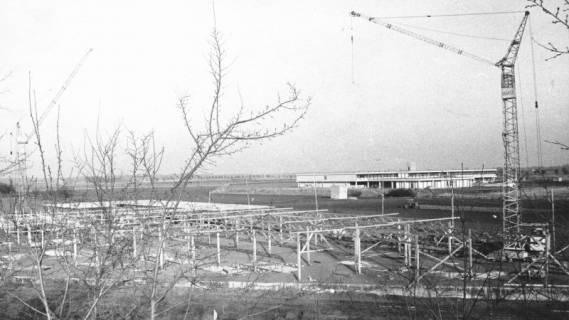 ARH Slg. Bartling 724, Großer Weg 45, Hibbe Wohnform, Blick über die Baustelle auf die KGS, 1974
