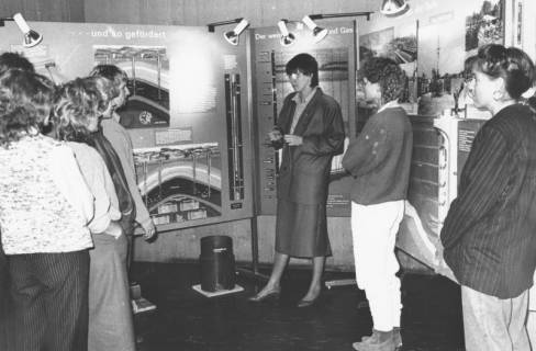 ARH Slg. Bartling 730, Stadtwerke (?), junge Besucherinnen in einer Ausstellung vor Stellwänden mit Bildern zur Förderung und Beförderung von Gas, Neustadt a. Rbge., um 1970