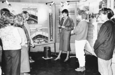 ARH Slg. Bartling 731, Stadtwerke (?), junge Besucherinnen in einer Ausstellung vor Stellwänden mit Bildern zur Förderung und Beförderung von Gas, Neustadt a. Rbge., um 1985