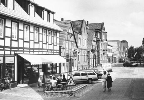 ARH Slg. Bartling 733, Mittelstraße, Blick nach Norden auf die Häuser an der westlichen Straßenseite, Neustadt a. Rbge., nach 1980