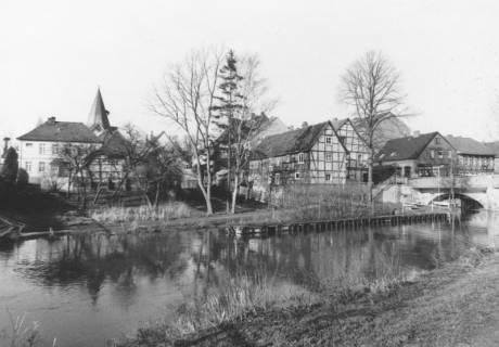 ARH Slg. Bartling 734, Blick vom Platz zwischen den Brücken über die Kleine Leine von Osten nach Westen auf den Kirchturm und die Brücke, Neustadt a. Rbge., um 1970