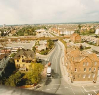 ARH Slg. Bartling 735, Blick vom Dach der Volksbank in die Marktstraße und über die Eisenbahnbrücke in die Landwehr, Neustadt a. Rbge., um 1980