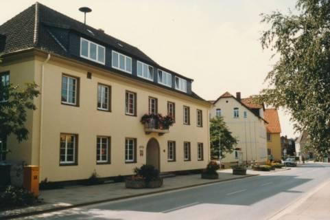 ARH Slg. Bartling 736, Theodor-Heuss-Straße 18 und 16, Straßenansicht des Rathauses, Blick auf das Ordnungsamt, Neustadt a. Rbge., um 1980
