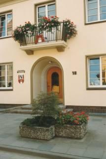 ARH Slg. Bartling 737, Theodor-Heuss-Straße 18, Straßenansicht des Rathauses, Blick auf den Eingang mit darüber befindlichem Balkon und Pflanztrögen vor der Tür, Neustadt a. Rbge., um 1980