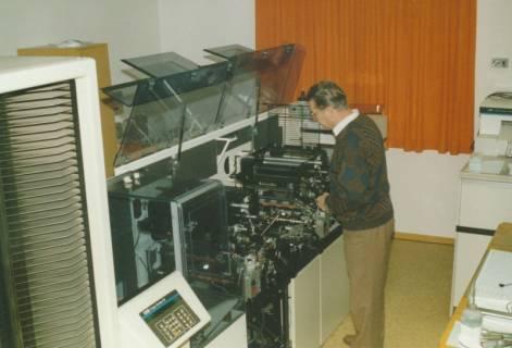 ARH Slg. Bartling 738, Verwaltungsangestellter am hauseigenen Drucker, Neustadt a. Rbge., um 1980