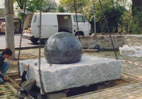ARH Slg. Bartling 741, Einpassung des Steinkugel-Brunnens im Park am Erichsberg, Neustadt a. Rbge., um 1990