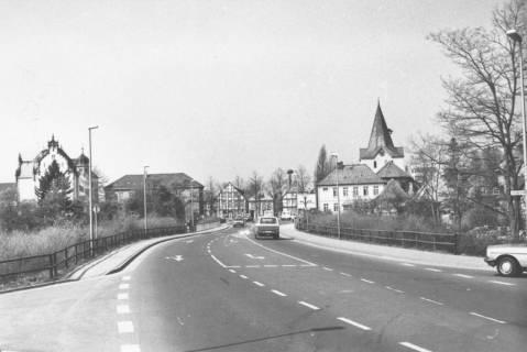 ARH Slg. Bartling 751, Blick in die neue Herzog-Erich-Allee von der Leinebrücke in Richtung Westen auf das Amtsgericht und die Kirche, Neustadt a. Rbge., um 1980