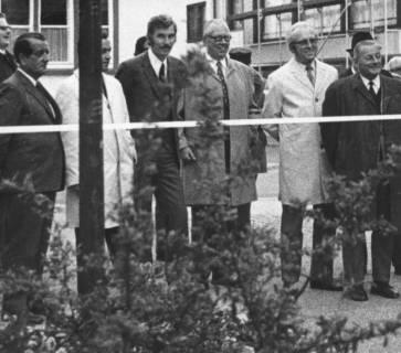 ARH Slg. Bartling 752, Gruppe von städtischen Politikern bei der Einweihung der sanierten Windmühlenstraße, Neustadt a. Rbge., um 1980