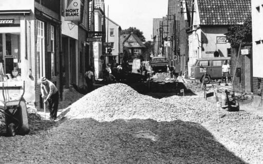 ARH Slg. Bartling 753, Sanierung der Windmühlenstraße?, Untergrundverbesserung durch Schaffung eines Schotterbetts, Blick nach Norden, Neustadt a. Rbge., 1972