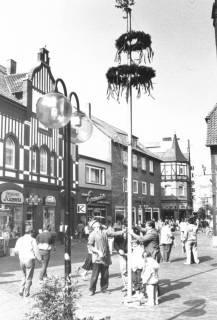ARH Slg. Bartling 754, Maibaum in der Marktstraße, Neustadt a. Rbge., um 1980
