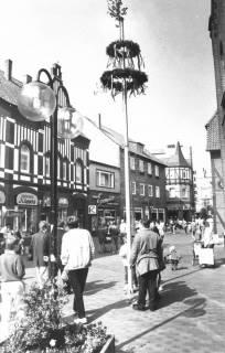 ARH Slg. Bartling 755, Maibaum in der Marktstraße, Neustadt a. Rbge., um 1980