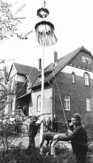 ARH Slg. Bartling 756, Errichtung eines Maibaums vor ???, um 1980
