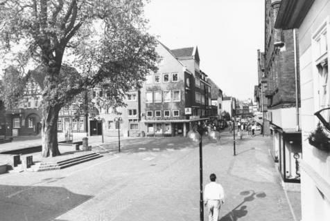 ARH Slg. Bartling 757, Blick von der Treppe des Alten Rathauses auf den Marktplatz und in die Marktstraße nach Westen, Im Vordergrund die Kastanie und die Ratsapotheke, Neustadt a. Rbge., um 1980