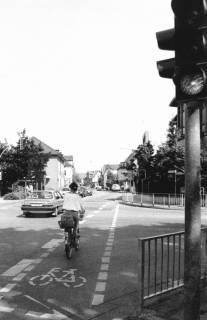 ARH Slg. Bartling 758, Straßenkreuzung Wunstorfer Straße / Herzog-Erich-Allee, Blick von der südöstlichen Straßenecke nach Norden auf das Postgebäude, Neustadt a. Rbge., um 1980