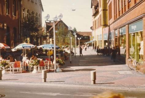ARH Slg. Bartling 759, Szene mit Straßencafe auf dem Heini-Nülle-Platz Blick durch die Straße Rundeel von der Marktstraße auf die Calenberger Stuben, Neustadt a. Rbge., um 1980