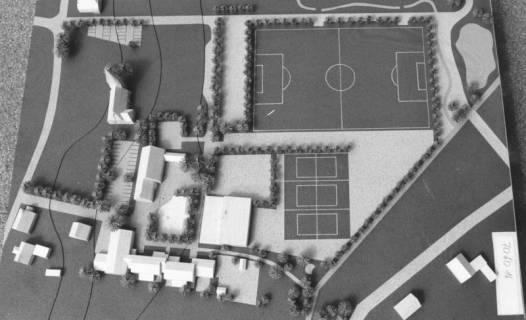 ARH Slg. Bartling 760, Modell mit Sportplätzen (1 Fußballplatz, 3 Tennisplätzen) unweit der Kirche, Hagen, um 1980