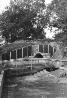 ARH Slg. Bartling 761, Erichsberg, Neugestaltung der Parkanlage vor dem Abschluss Blick über die Teichanlage mit Brücke auf den freigelegten Eingang zu den Kasematten, Neustadt a. Rbge., um 1990