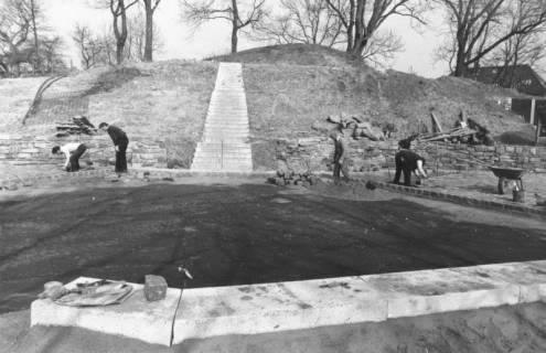 ARH Slg. Bartling 762, Erichsberg, Neugestaltung der Parkanlage Blick von Süden über die Boulebahn auf die Treppe, Neustadt a. Rbge., um 1990
