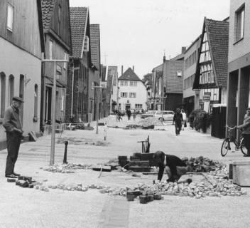 ARH Slg. Bartling 763, Sanierung der Windmühlenstraße, Pflasterung der Straße Blick nach Süden auf das Diakoniehaus, Marktstraße 35, Neustadt a. Rbge., 1972