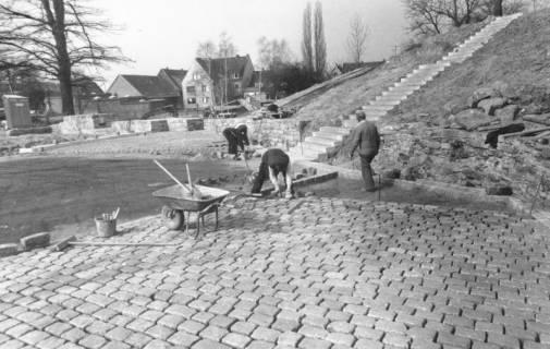 ARH Slg. Bartling 764, Erichsberg, Neugestaltung der Parkanlage Blick von Südosten über den gepflasterten Platz auf die Treppe, Neustadt a. Rbge., um 1990