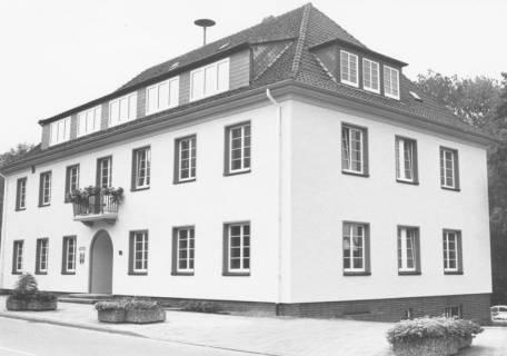 ARH Slg. Bartling 765, Theodor-Heuss-Straße 18, Rathaus mit neuem Anstrich Schrägansicht von Südwesten einschl. Pflanzkübel vor dem Haus, Neustadt a. Rbge., um 1990