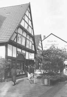 ARH Slg. Bartling 766, Windmühlenstaße 20, Fachwerkhaus, Geschäftsstelle der Leine-Zeitung Schrägansicht des Giebels von Südosten, Neustadt a. Rbge., um 1980