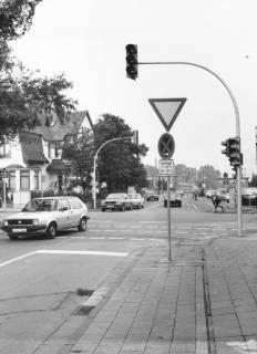ARH Slg. Bartling 767, Kreuzung Wunstorfer Straße / Siemensstraße, Blick von der Marschstraße in die Siemensstraße auf die geschlossene Bahnschranke, um 1980