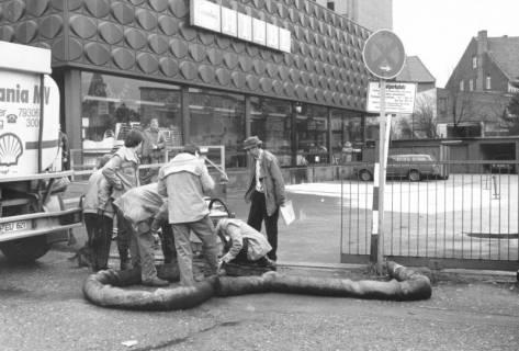 ARH Slg. Bartling 775, Marktstraße 26-27, am Parkplatz hinter dem Kaufhaus Hibbe, Reinigung des Abwasserkanals an einem Revisionsschacht, Neustadt a. Rbge., um 1980