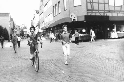 ARH Slg. Bartling 778, Marktstraße 10, Modehaus Ohlau und Hemme, Blick von Osten auf den Haupteingang, Neustadt a. Rbge., um 1980