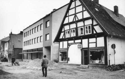 ARH Slg. Bartling 780, Windmühlenstraße 20-21, Sanierung der Straße, Blick über die Baustelle nach Südwesten auf Leffmann (später: Matheja) Herrenmoden (im Bau befindlich) und Handwerkerbedarf Ch. Ciesla (Fachwerkbau), Neustadt a. Rbge., um 1980