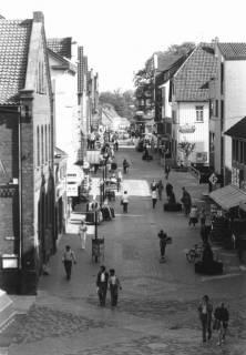 ARH Slg. Bartling 782, Marktstraße, Blick aus der Vogelperspektive durch die Fußgängerzone von der Wallstraße nach Osten, Neustadt a. Rbge., um 1980