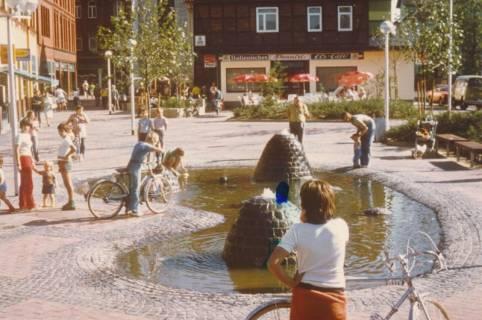ARH Slg. Bartling 784, Rundeel 2B, Italienisches Eiscafé Pennisi, Blick über den Springbrunnen nach Süden, Neustadt a. Rbge., um 1980