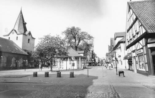 ARH Slg. Bartling 786, Marktstraße, Blick von der Leinstraße nach Westen, links die Liebfrauenkirche, rechts das Haus Marktstraße 3 (Imbiss Korfu), Neustadt a. Rbge., um 1980