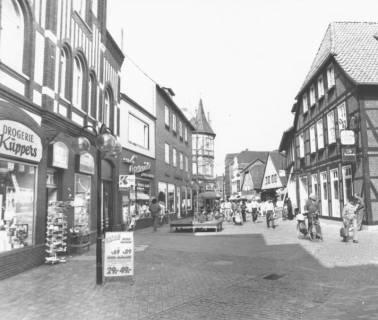 ARH Slg. Bartling 787, Marktstraße, Blick von der Wallstraße nach Westen, links die Drogerie Küppers (Marktstraße 30), rechts die Gaststätte Friesenstube (Marktstraße 13), Neustadt a. Rbge., um 1980