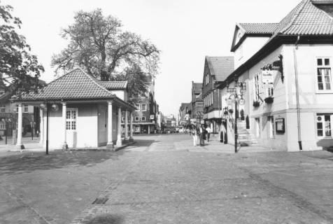 ARH Slg. Bartling 788, Marktstraße, Blick von der Leinstraße nach Westen, links das ehem. Wacht- und Spritzenhaus, rechts das ehem. Rathaus, Neustadt a. Rbge., um 1980