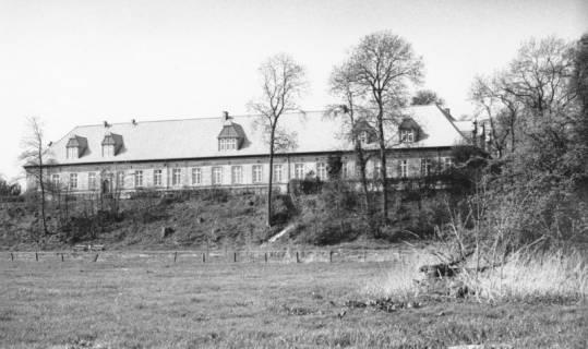 ARH Slg. Bartling 789, Schloss Neustadt a. Rbge. nach der Sanierung, Ansicht der Ostfront von der Leine aus betrachtet, Neustadt a. Rbge., um 1985