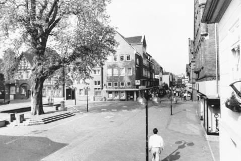 ARH Slg. Bartling 790, Marktplatz nach der Sanierung, Blick nach Westen von der Rathaustreppe auf die Ratsapotheke, Neustadt a. Rbge., um 1980