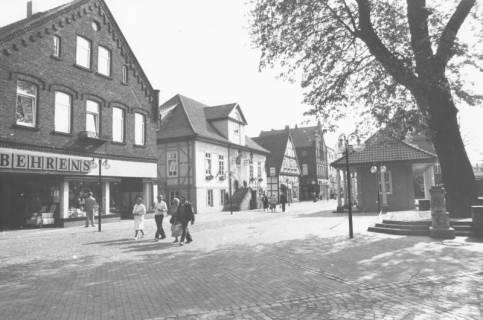 ARH Slg. Bartling 791, Marktplatz nach der Sanierung, Blick nach Osten von der Ratsapotheke auf das Rathaus und die Firma Behrens & Co (Marktstraße 5), rechts das Wacht- und Spritzenhaus, Neustadt a. Rbge., um 1980